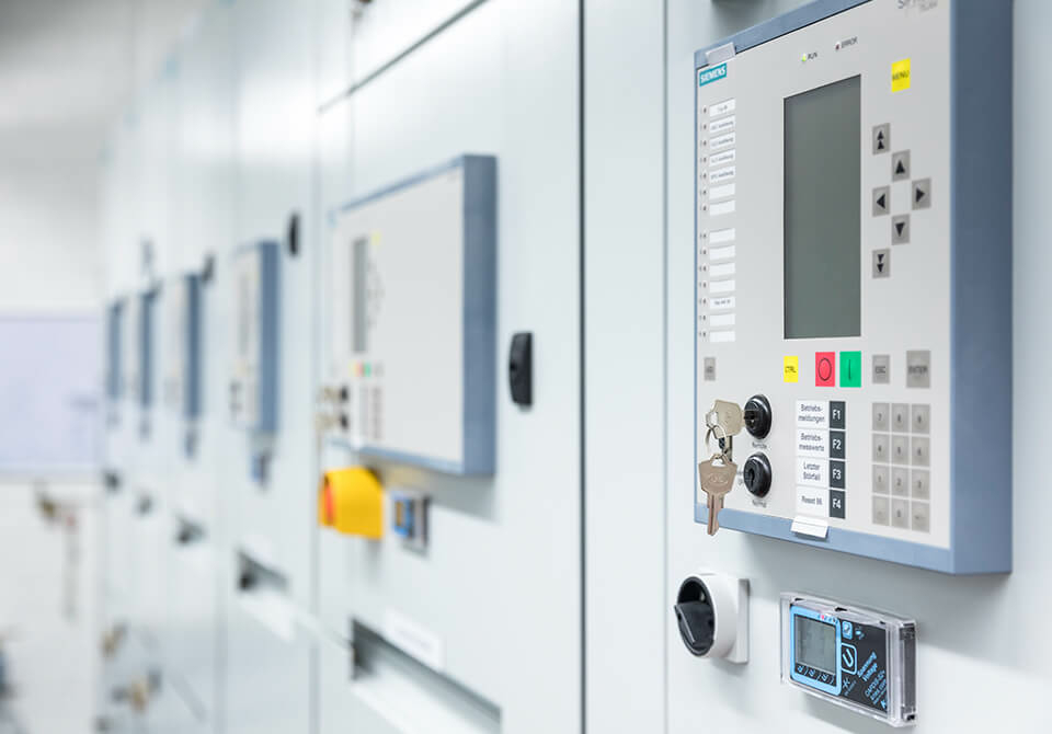 Operating and controlling electrical installations