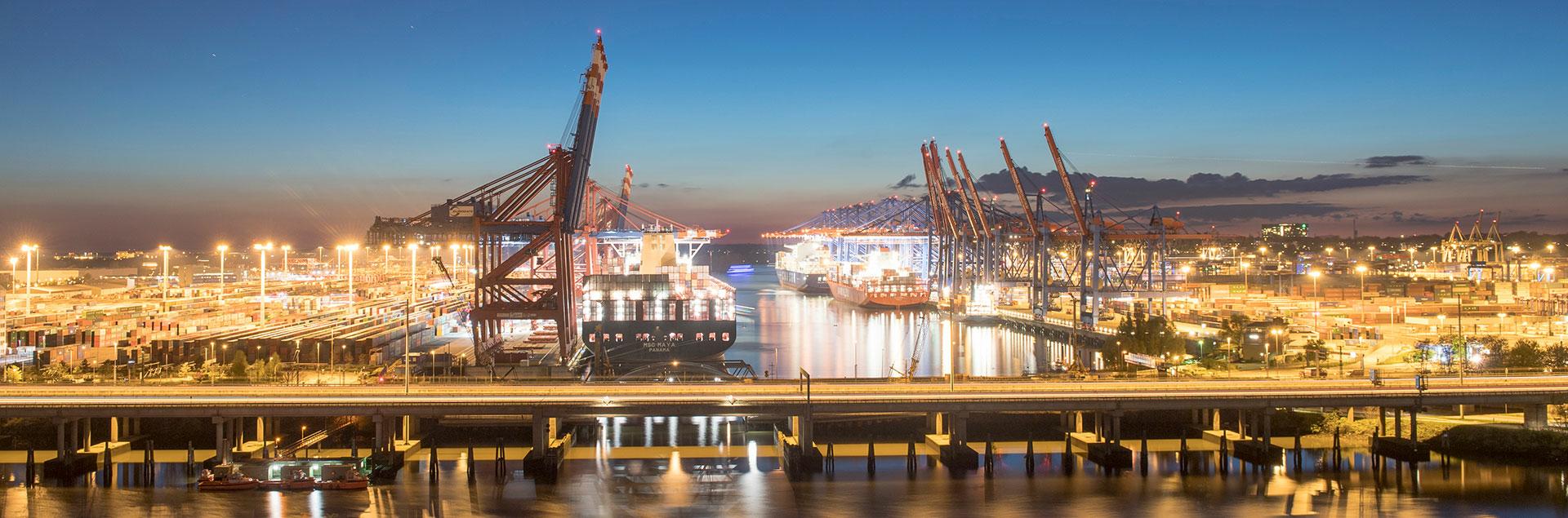 Hamburg Hafen Containerschiff Brücke